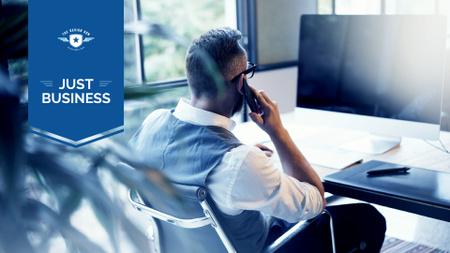 Ontwerpsjabloon van Presentation Wide van Businessman on Workplace