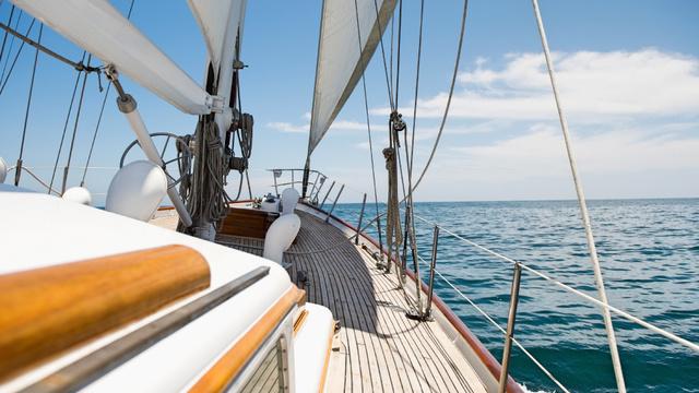 White Yacht sailing in Sea Zoom Background Modelo de Design