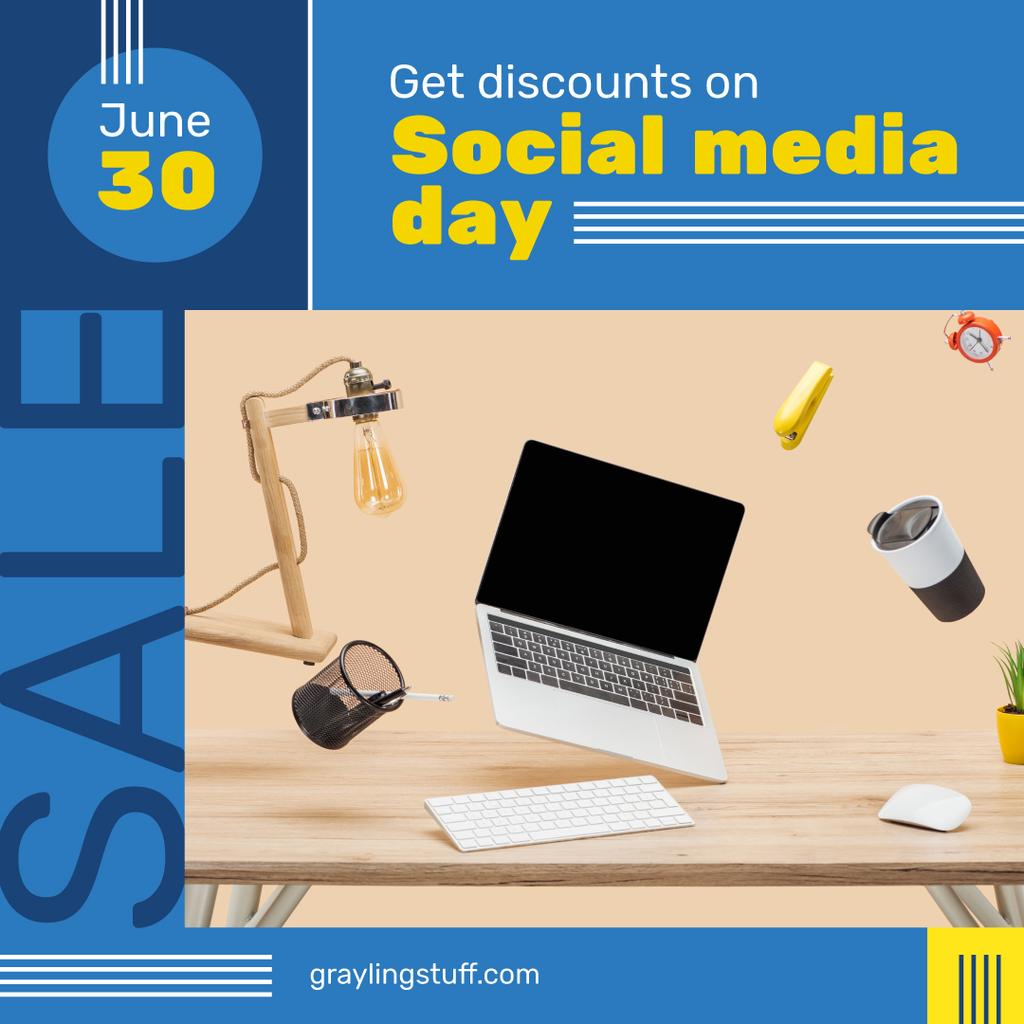 Social Media Day with Office table in chaos — Crear un diseño