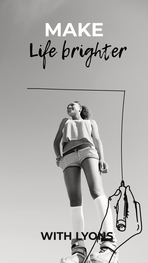 Happy Young Girl in Black and White — Créer un visuel
