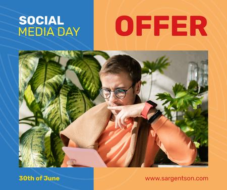 Social Media Day Offer Man Using Digital Tablet Facebook Modelo de Design