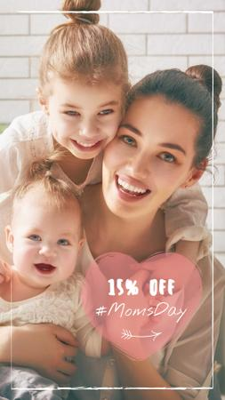 Plantilla de diseño de Mother's Day Discount Offer with Happy Mom and Kids Instagram Story