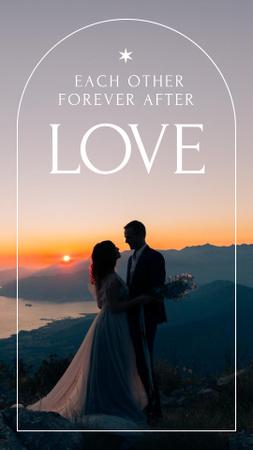 Plantilla de diseño de Romantic Couple in Sunset on Wedding Day Instagram Story