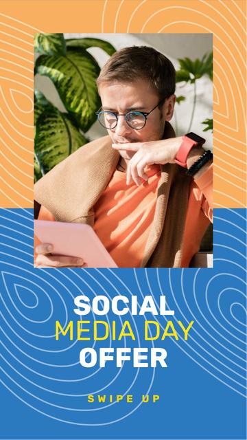Plantilla de diseño de Social Media Day Offer with Blogger Instagram Story