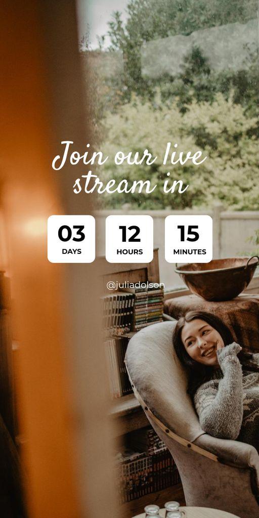 Live Stream Ad with Woman in Cozy Armchair Graphic Modelo de Design