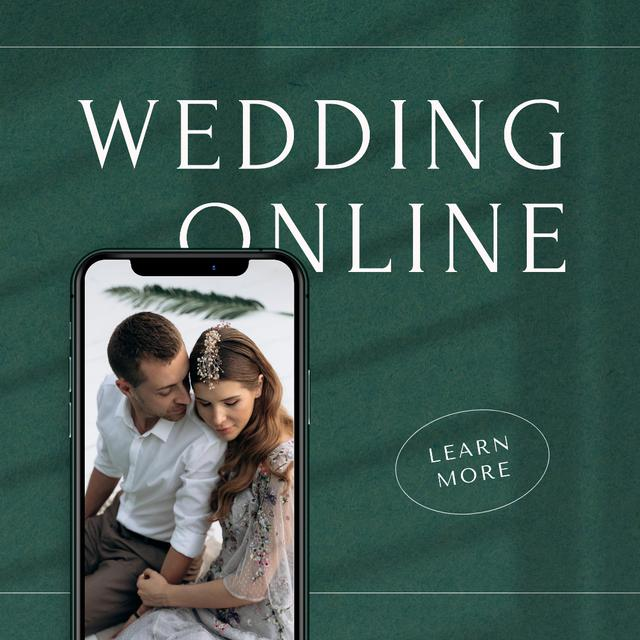 Online Wedding Announcement with Couple on Phone Screen Instagram Modelo de Design