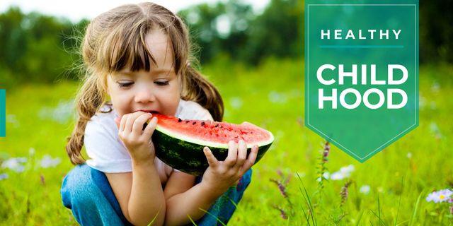 cute little girl eating watermelon slice Image Modelo de Design