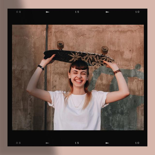 Szablon projektu Young Smiling Girl with Skateboard Instagram