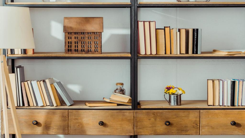 Wooden shelves with Books and Flowers —デザインを作成する