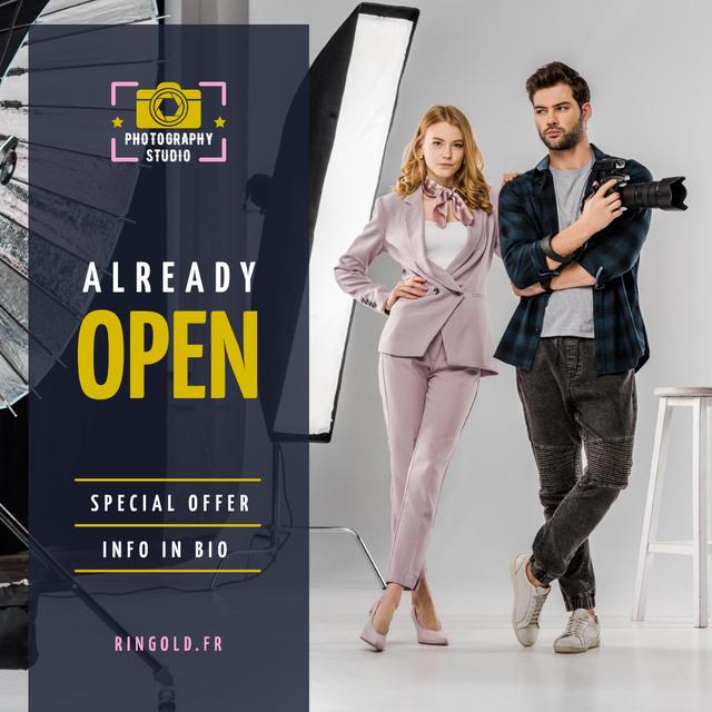 Studio Photography Offer Couple with Camera Instagram Modelo de Design