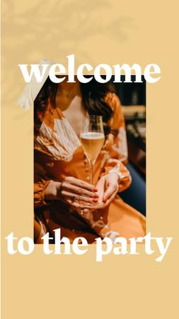 Modèle de visuel Summer Party Invitation with Woman holding Champagne - Instagram Story